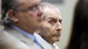 LOS ANGELES, CA - MARCH 10: Real estate heir Robert Durst, center, sits with his co-defense attorney David Chesnoff during his murder trial on March 10, 2020 in Los Angeles, California. Millionaire Robert Durst is accused of murdering his friend and long-time confidante Susan Berman in 2000. Prosecutors have built their case around evidence from the HBO documentary