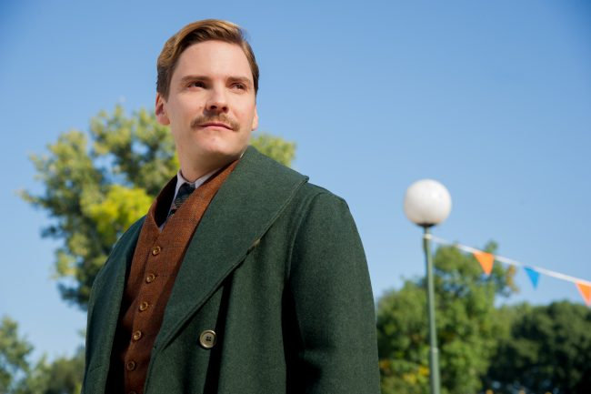 4101_D004_01773_R Daniel Brühl stars as Lutz Heck in director Niki Caro's THE ZOOKEEPER'S WIFE, a Focus Features release. Credit: Anne Marie Fox / Focus Features