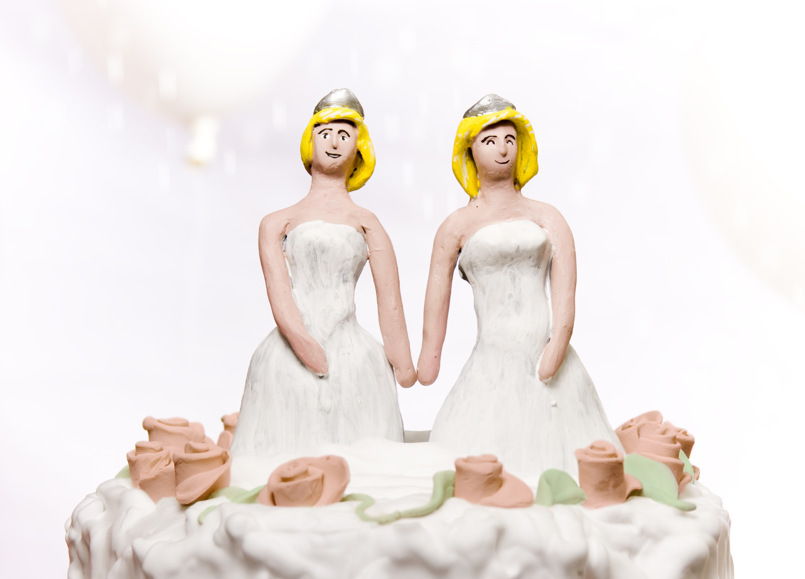 brides on wedding cake