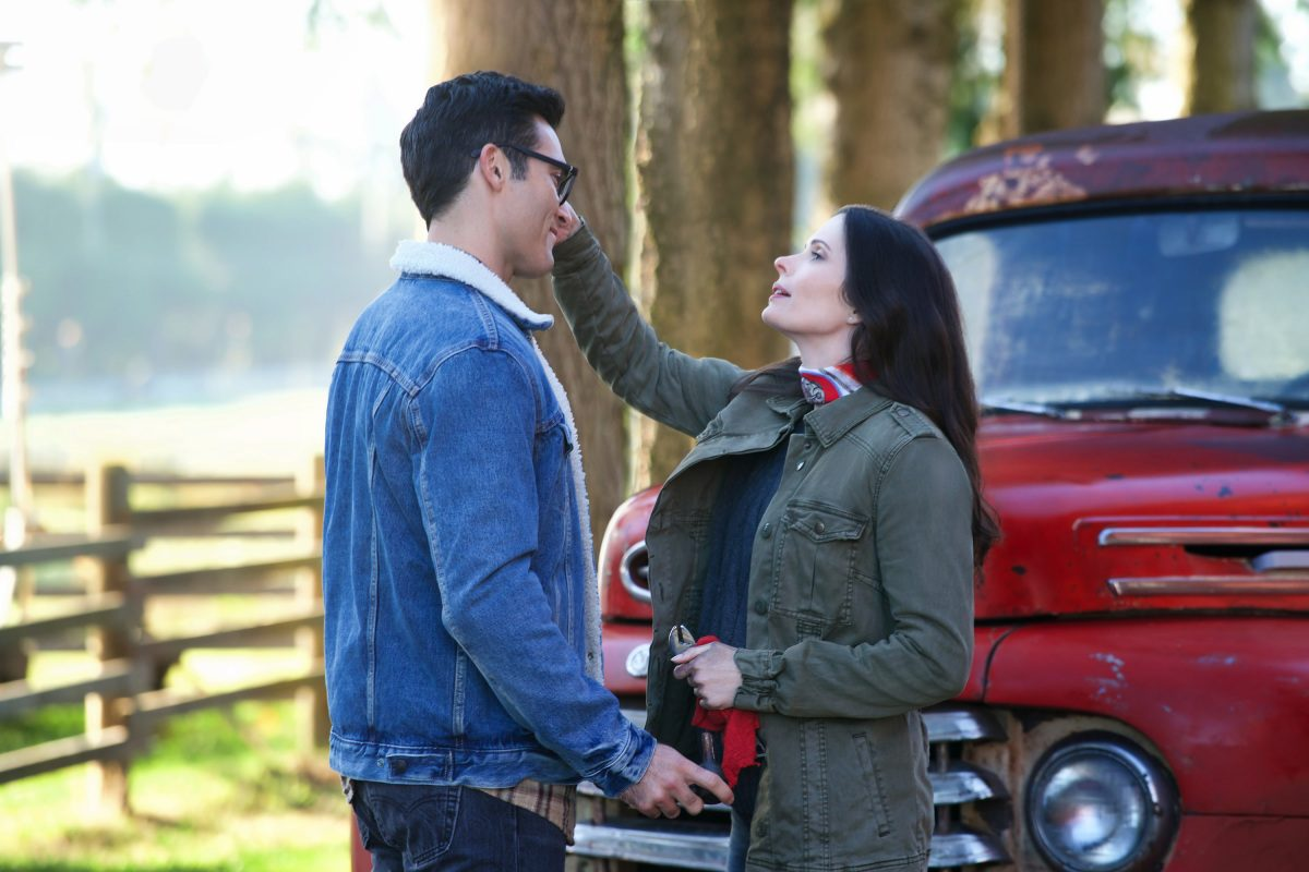 Hoechlin as Clark Kent and Bitsie Tulloch as Lois Lane the cw arrowverse elseworlds crossover