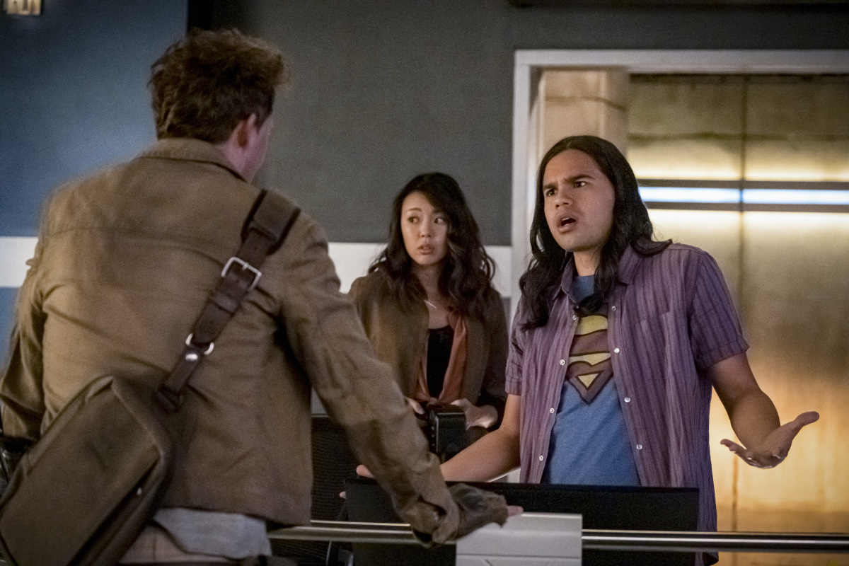 """The Flash -- """"Marathon"""" -- Image Number: FLA610a_0171b.jpg -- Pictured (L-R): Tom Cavanagh as Nash Wells, Victoria Park as Kamilla and Carlos Valdes as Cisco Ramon -- Photo: Katie Yu/The CW -- © 2020 The CW Network, LLC. All Rights Reserved."""