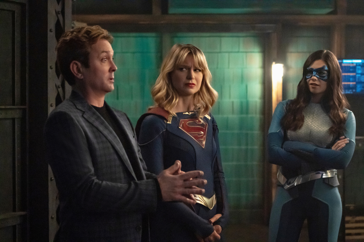 """Supergirl -- """"ItÕs a Super Life"""" -- Image Number: SPG513a_0191r.jpg -- Pictured (L-R): Thomas Lennon as Mxyzptlk, Melissa Benoist as Kara/Supergirl and Nicole Maines as Nia Nal/Dreamer -- Photo: Katie Yu/The CW -- © 2020 The CW Network, LLC. All rights reserved."""