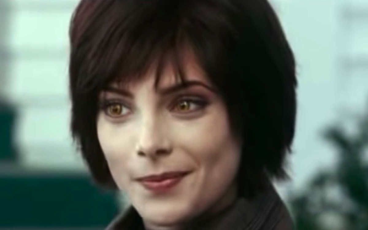 Alice Cullen smiles knowingly in Twilight.
